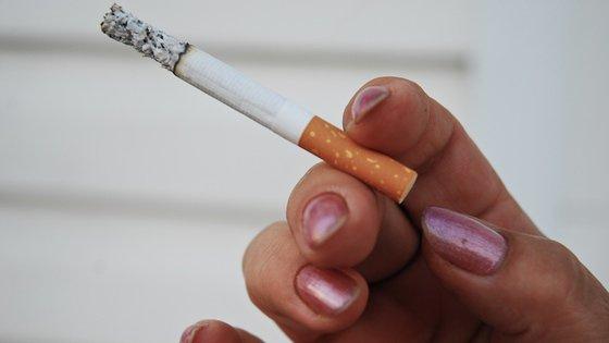 Kobiety palące papierosy szybciej przechodzą menopauzę, stwierdza badanie